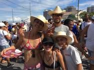 Baianos e turistas participam da Lavagem do Bonfim