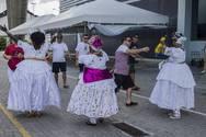 Música e baianas recepcionam turistas no Porto de Salvador