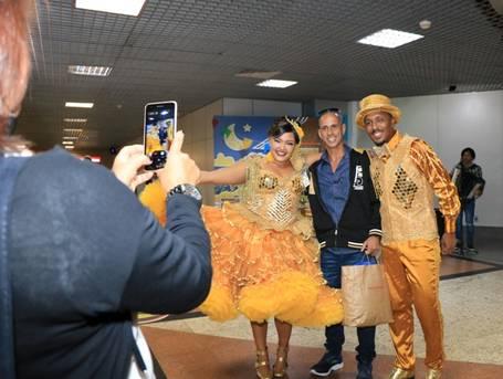 Turistas são recebidos com festa no aeroporto de Salvador